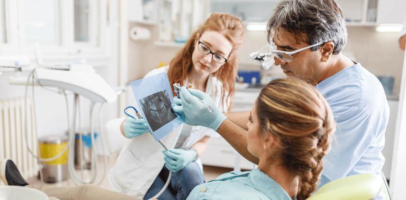 Para preparar a los mejores cirujanos dentistas: Simuladores de alta tecnología y práctica con pacientes reales