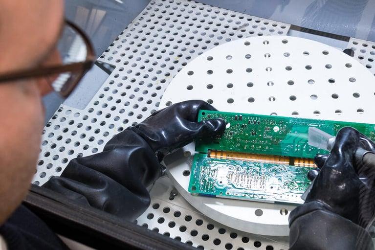 La Limpieza con Hielo Seco para remover flux de tableros electrónicos