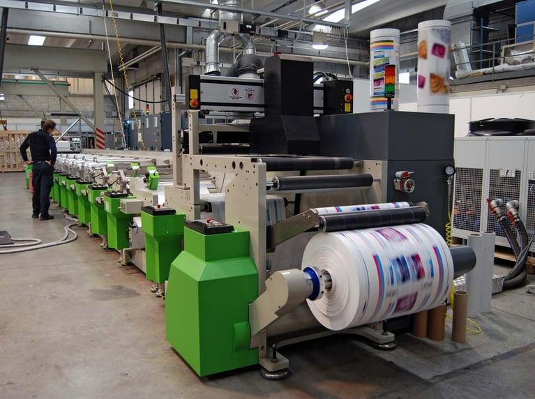 Como o gelo seco ajuda na limpeza das pinças de transferência na impressão Offset?