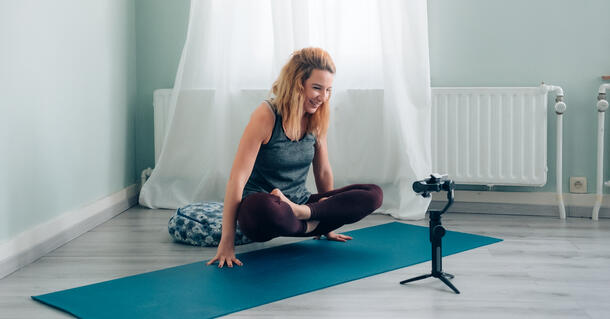 Donna filma tutorial di yoga per tiktok