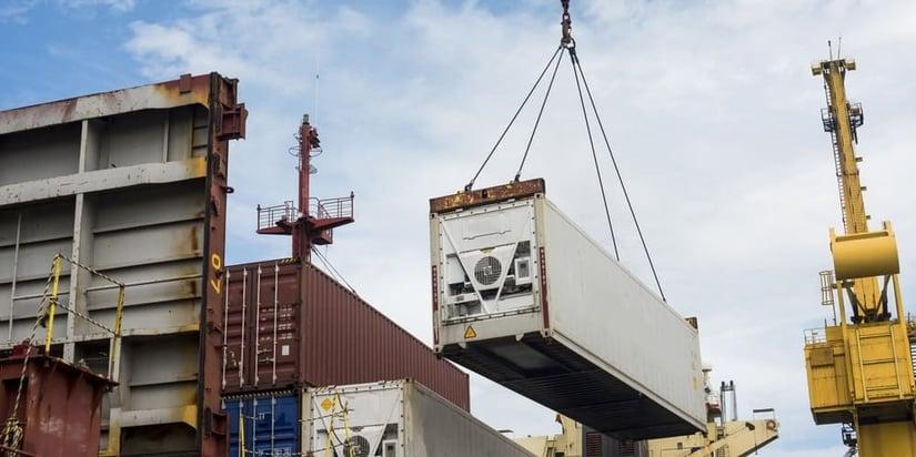 contenedor refeer siendo cargado por una grua
