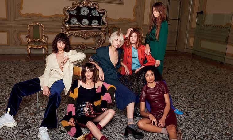 Grupa kobiet z przedłużeniami do włosów