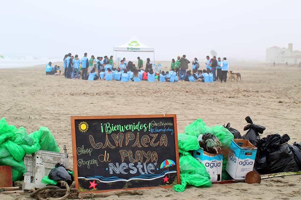 campaña hazla por tu playa con voluntarios recogiendo basura en la playa