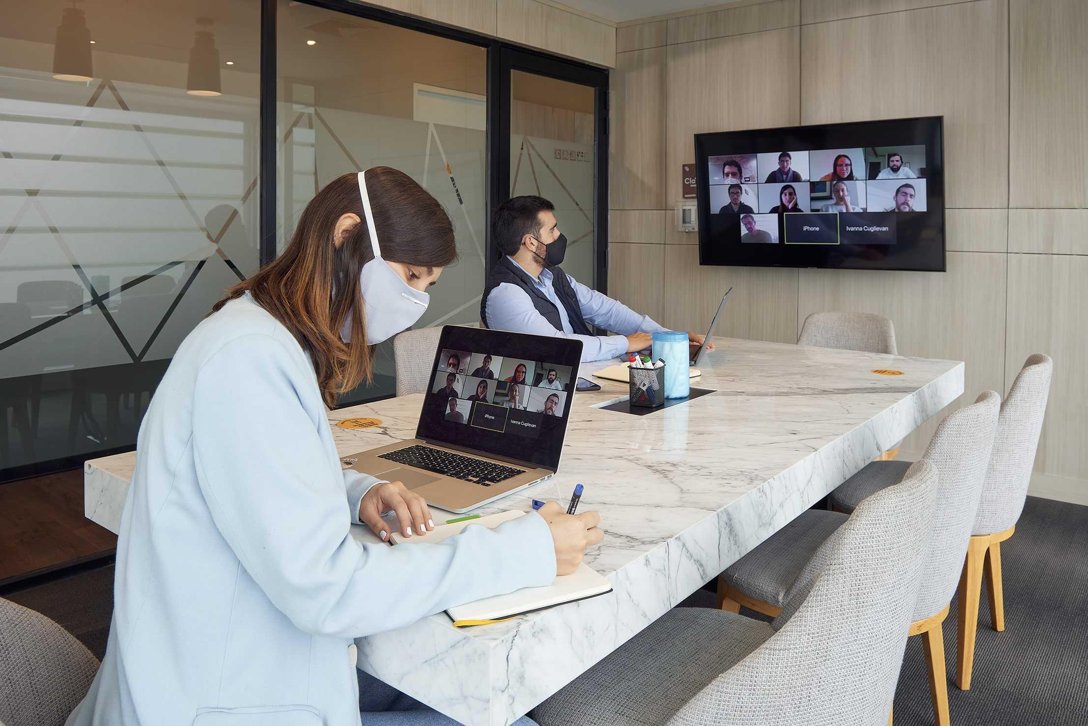 dos personas en una videoconferencia grupal