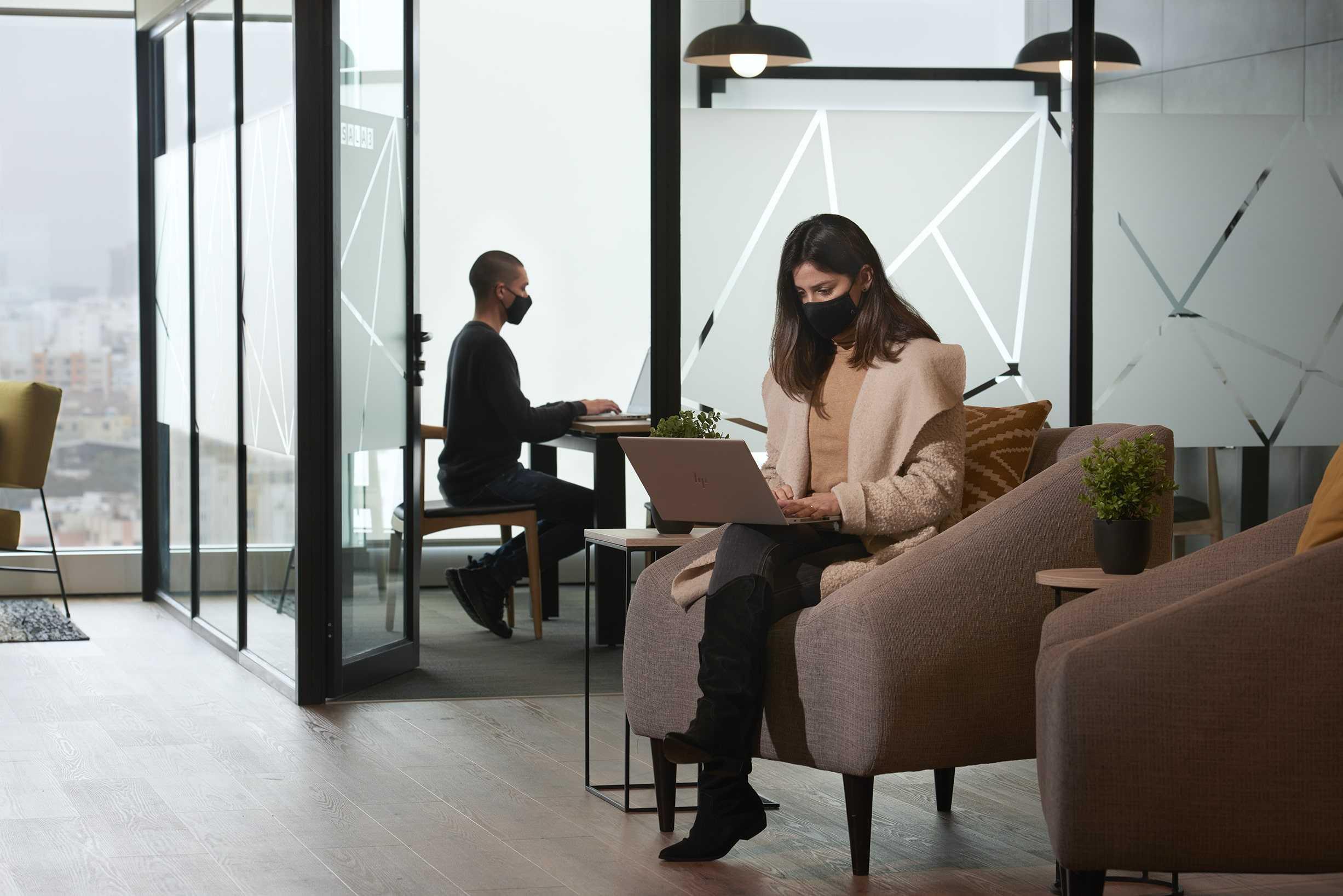 dos personas trabajando en una sala comedor