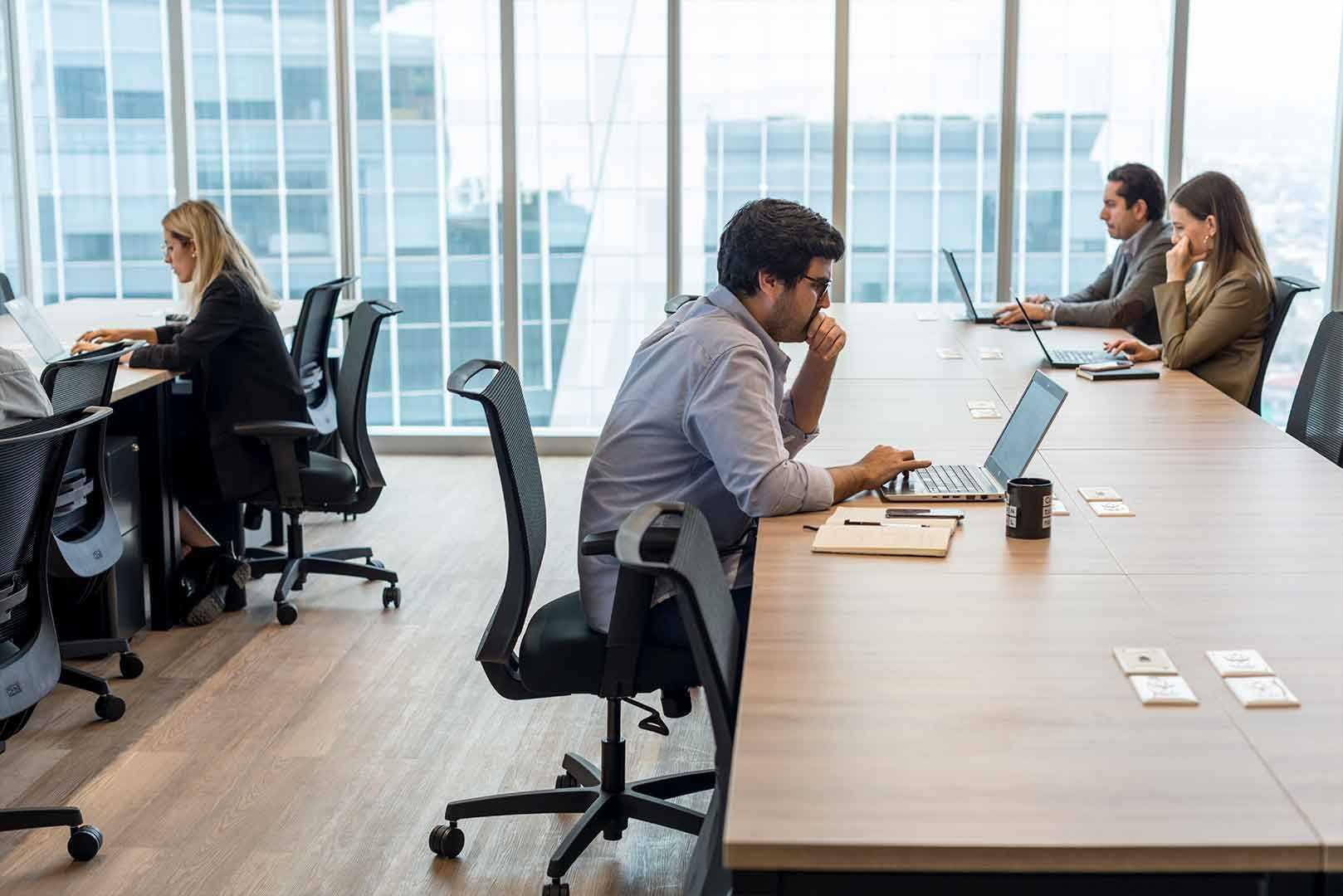 personas trabajando en una oficina de coworking