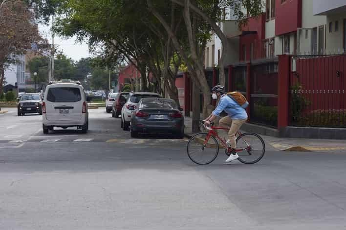 hombre montando bicicleta con mascarilla