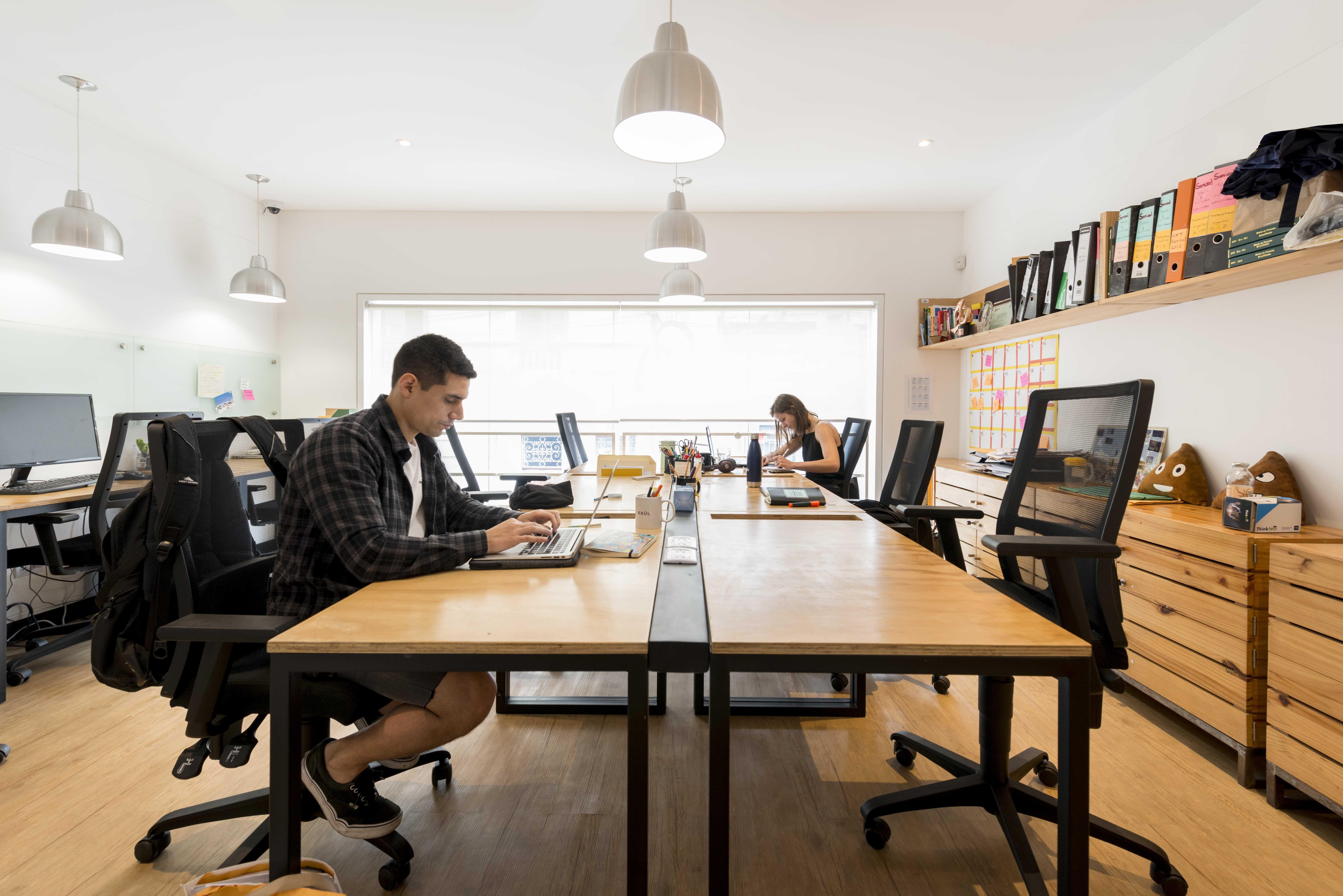 trabajadores en una oficina privada de comunal