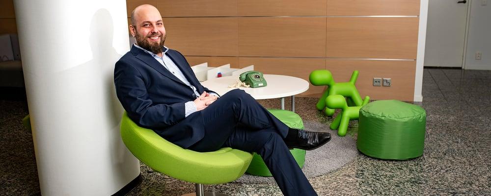 Sami Pokki, POP Pankki Nivalan Järvikylän toimitusjohtaja istumassa asiakastilan tuolissa.