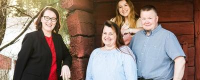 Maatalousyrittäjät Sanna Mäki ja Mika Numminen sekä perheyritykseen hiljattain mukaan lähtenyt Kristiina-tytär saavat apua ja tukea POP Pankki Salon konttorinjohtajalta Hannaleena Riihimäeltä.
