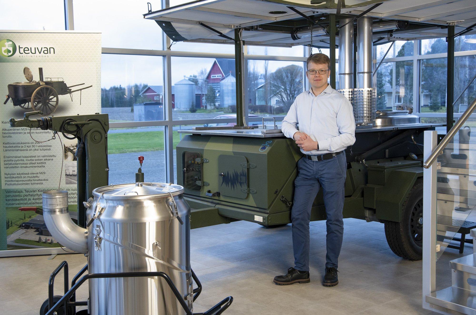 Teuvan Keitintehtaan toimitusjohtaja Henri Penttilä seisoo yhden kenttäkeittiöistä vierellä.