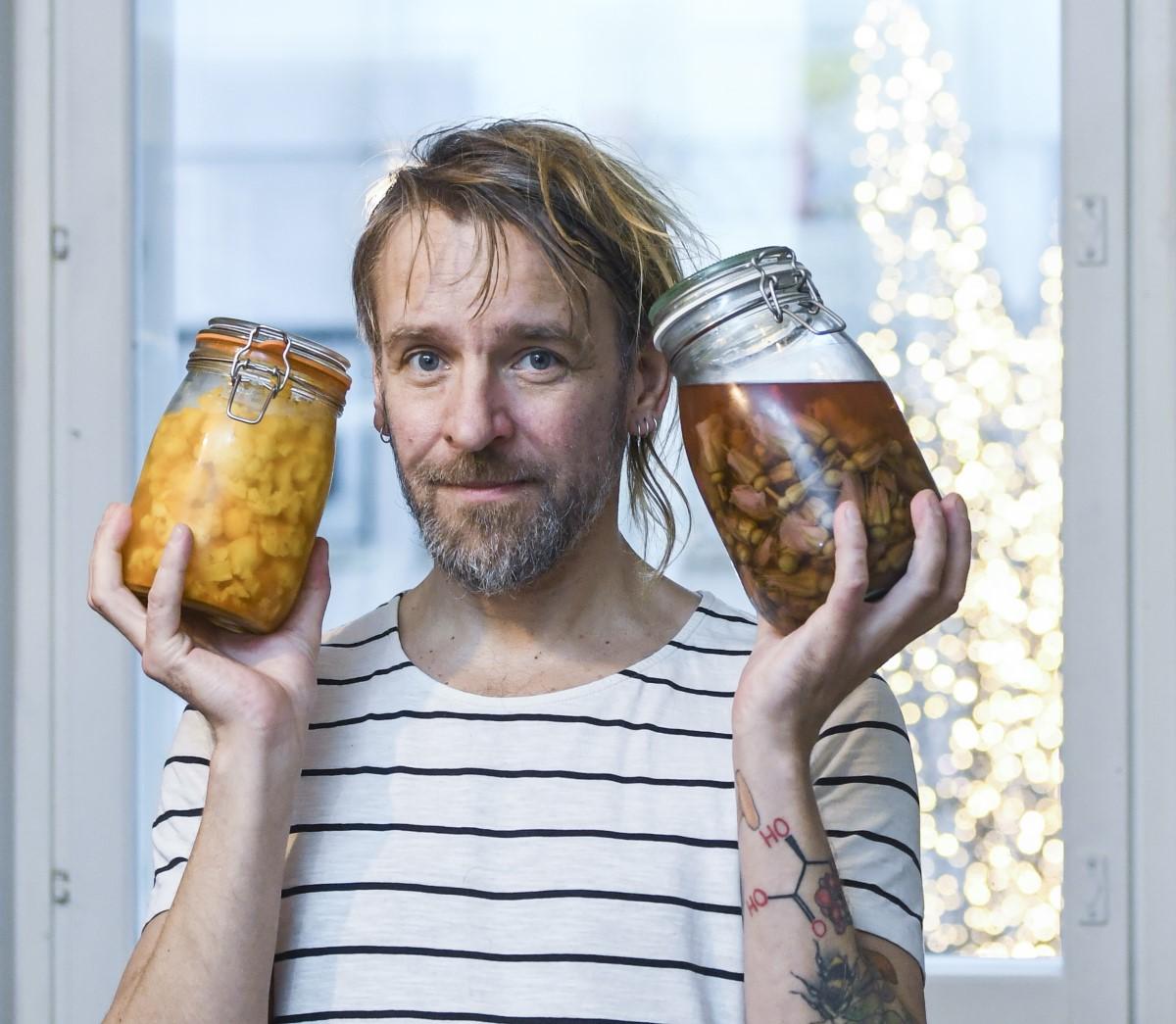 Jyrki Tsutsusta kutsutaan kulttuurikokiksi ja villiyrittikokiksi. Hän itse toteaa olevansa hämmentäjä. Freelancer-kokki tienaa ruokarahat elämyksellisistä projekteista, joissa metsän henki maistuu lautasella.