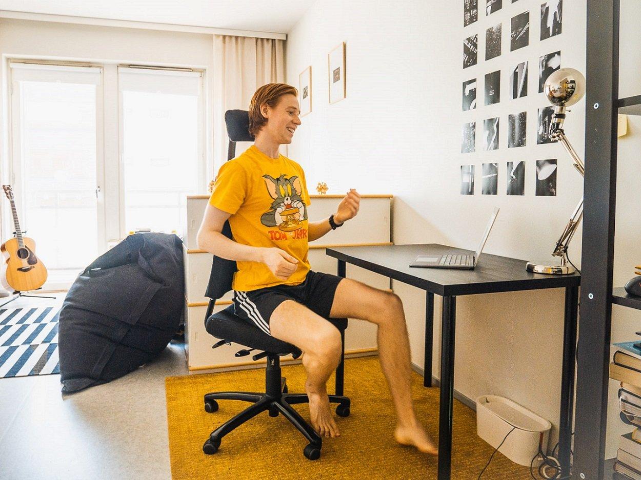 POP Pankkikeskuksen kesätyöntekijä Markus Havia osallistuu tietokoneellaan POP Verkkohetki -etähetkeen.