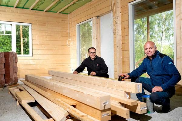 POP Pankin Kari Ylimäki (vas.) ja Markku Lehkonen ovat laittaneet yhdessä kuntoon Lehkosen perheen Ylivieskaan muuttoon liittyvät raha-asiat ja vakuutukset.