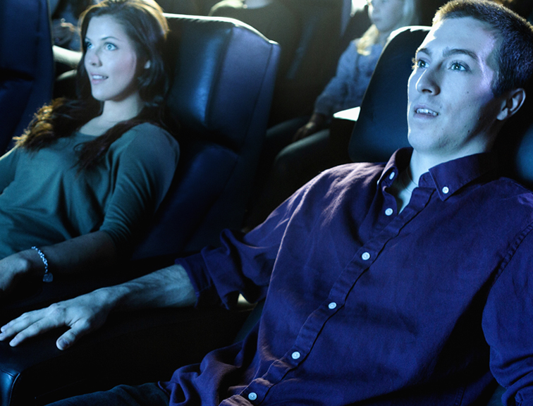Couple-regardant-un-film