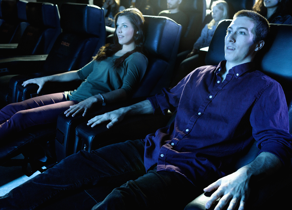 Couple-regarde-un-film-au-cinema