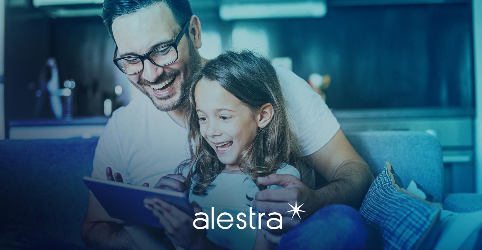 Padre e hija juegan juntos en una tableta.