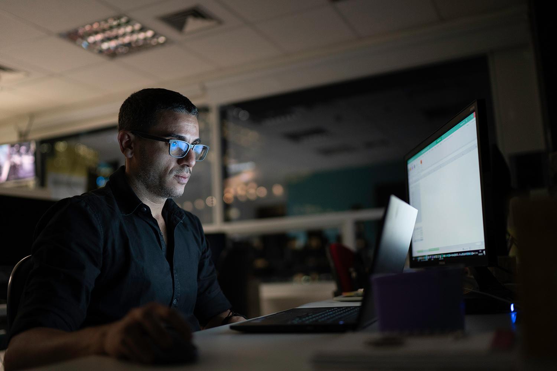 Empleado trabajando en un red interna cibersegura