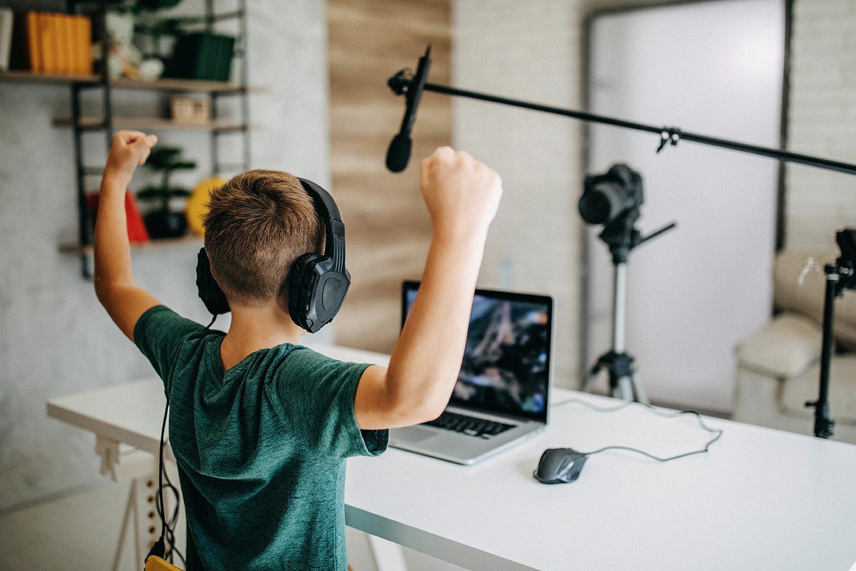 Niño busca fama en internet a través de un show de gaming en YouTube