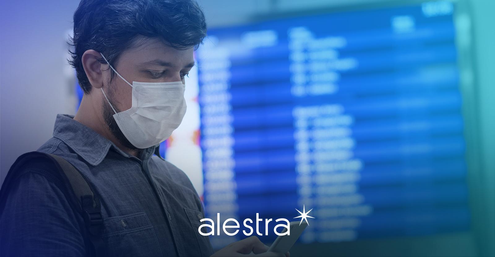 Hombre accede a WiFi público en un aeropuerto