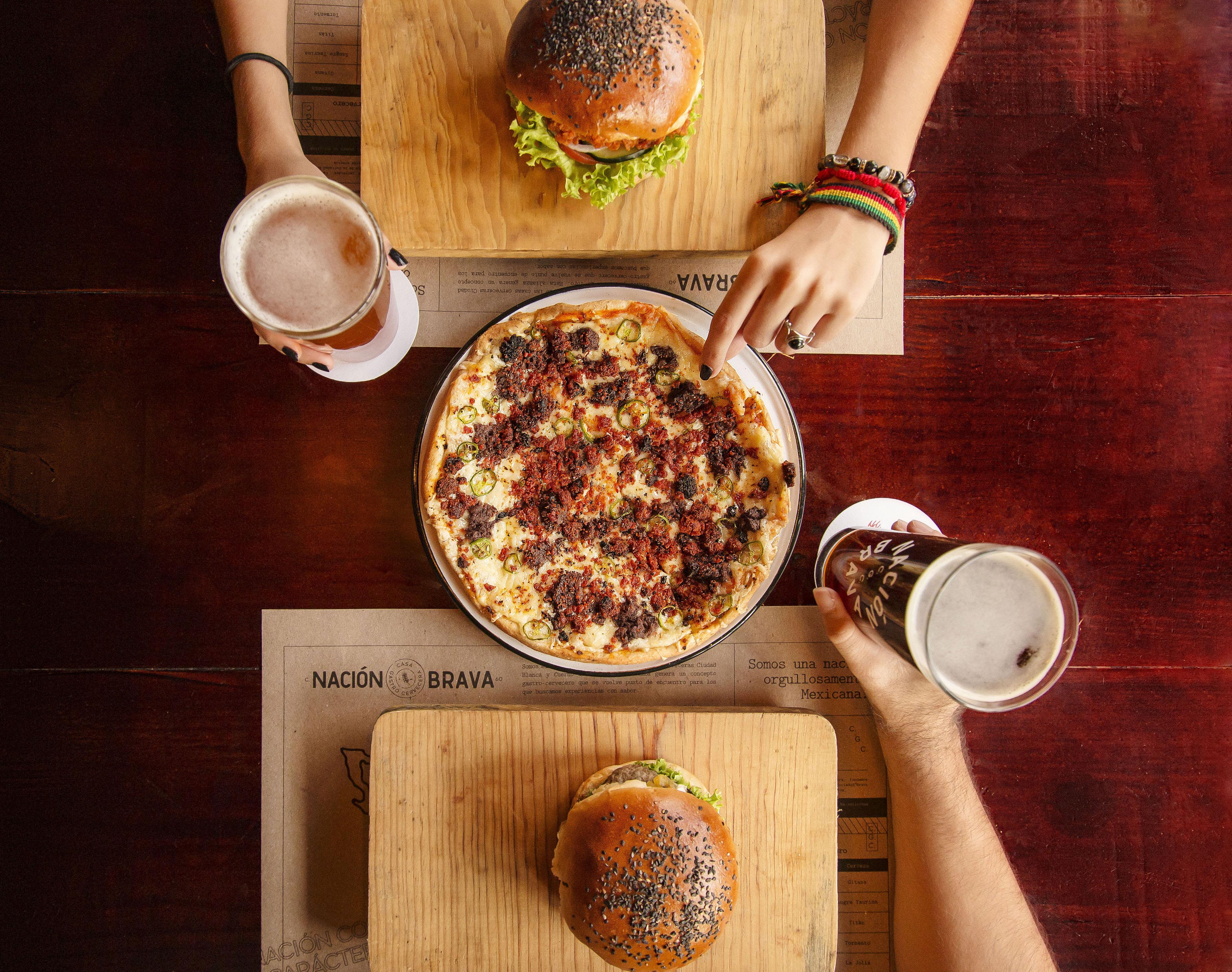 fotografia de cerveza y pizza nacion brava